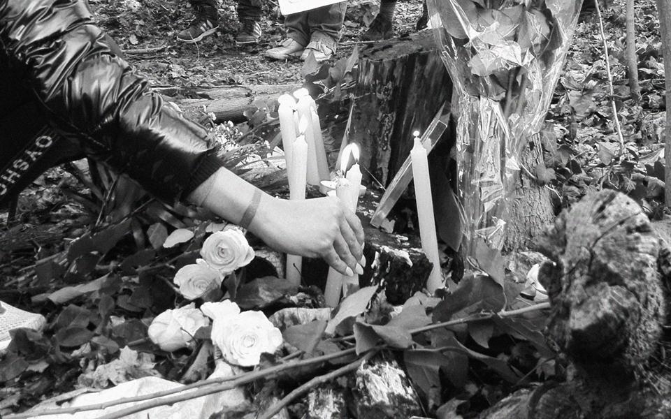 Des bougies et de fleurs sont déposées au Bois de Boulogne en hommage à Jessyca Sarmiento